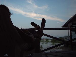 タイの川の上に浮かぶシュガーケーンバンガローにて